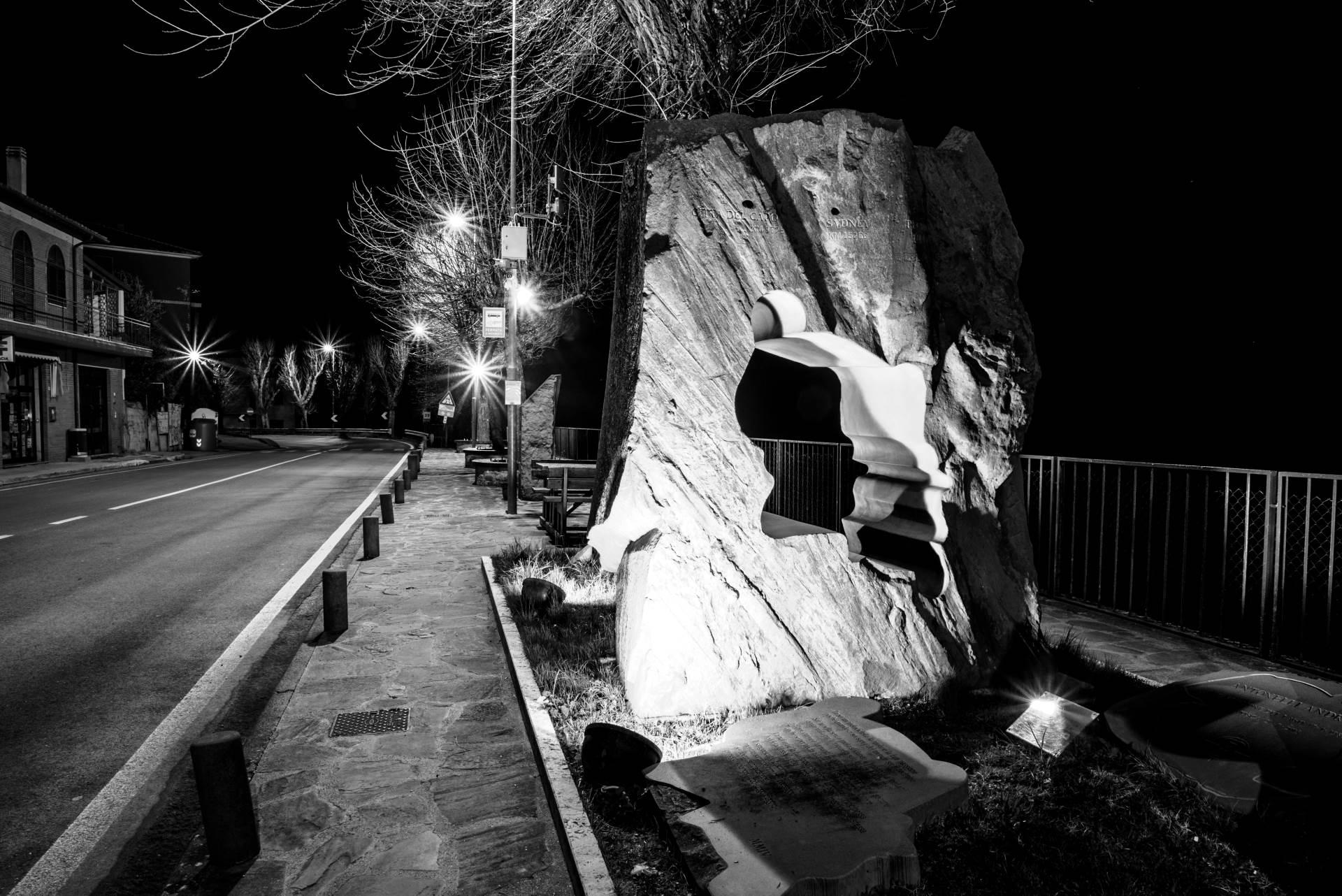 Dolmen, Monumento al motociclista a Casa Castalda di notte