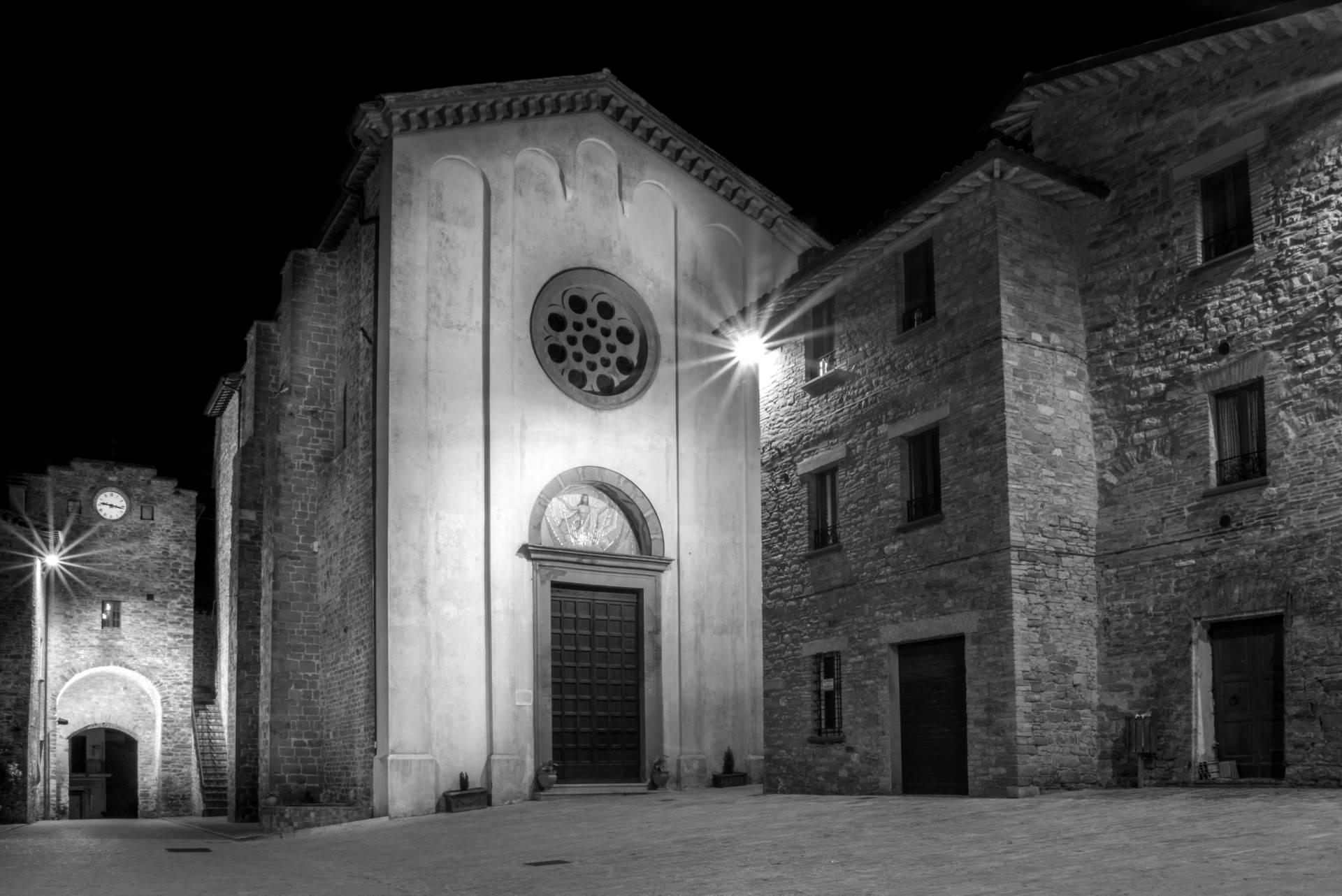 piazza-24-maggio-casacastalda-borgo-medievale-gray